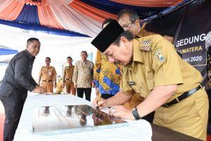 PRASASTI. Walikota Bandarlampung, Herman HN menandatangani prasasti tanda di resmikannya Gedung F kampus Institute Teknologi Sumatera (Itera), pada Senin (21/1). FOTO. LAMPUNG17.COM