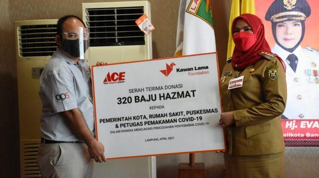BANTUAN. Walikota Bandarlampung, Eva Dwiana menerima bantuan baju hazmat dari ACE Hardware MBK Bandarlampung, pada Senin (19/4), bertempat diruang rapat walikota. FOTO. DOK