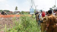 TINJAU. Walikota Bandarlampung, Eva Dwiana saat meninjau lokasi pembangunan Living Plaza yang ada di Kecamatan Rajabasa. FOTO. DOK