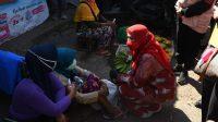 PROKES. Walikota Bandarlampung, Eva Dwiana turun langsung ke pasar untuk mensosialisasikan Prokes sekaligus membagikan masker dan handsanitizer kepada pedagang di Pasar Pasir Gintung, Jumat (23/4). FOTO. DOK