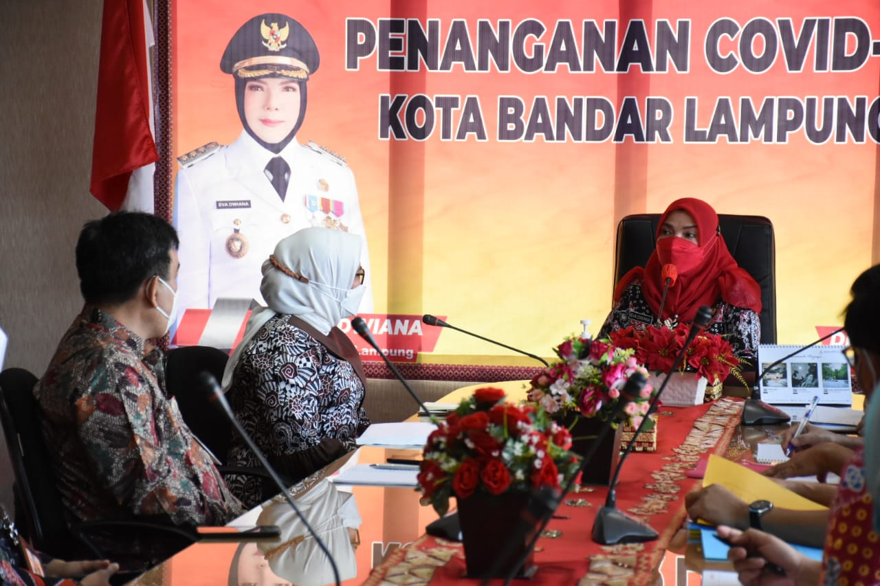 KUNJUNGAN. Walikota Bandarlampung, Eva Dwiana saat menerima kunjungan dari perwakilan Kemenpan RB, pada Jumat (30/4) bertempat di ruang rapat Walikota Bandarlampung.