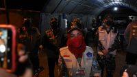 RAPID ANTIGEN. Walikota Bandarlampung, Eva Dwiana memberikan keterangan kepada awak media, usai memutar balikan dua bus yang tidak dilengkap Rapid Antigen, di pos perbatasan Bandarlampung, pada Rabu (5/5) malam.