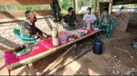 KOMSOS. Terlihat anggota TNI Kodim 0427/ Way Kanan melakukan Komunikasi Sosial (Komsos) dengan warga jelang pelaksanaan TMMD ke 111 Kabupaten Way Kanan. FOTO. SUSI ANDRIANI.