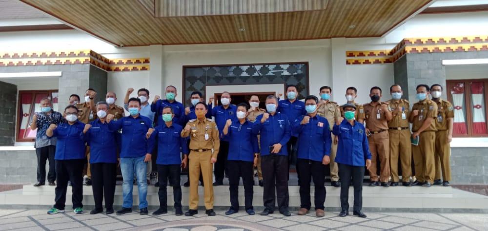 FOTO BERSAMA. Bupati Waykanan, Raden Adipati saat berfoto bersama dengan tim Unila.