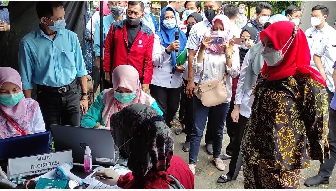 VAKSIN. Walikota Bandar Lampung, Eva Dwiana saat meninjau pelaksanaan vaksinasi masal yang di gelar di lapangan Saburai, Rabu (16/6). FOTO. LAMPUNG17.COM