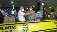 SEGEL. Tim penertiban Pemkot Bandar Lampung kembali segel 5 gerai Bakso Sony dan 2 gerai bakso lainnya, pada Selasa (15/6). FOTO. LAMPUNG17.COM