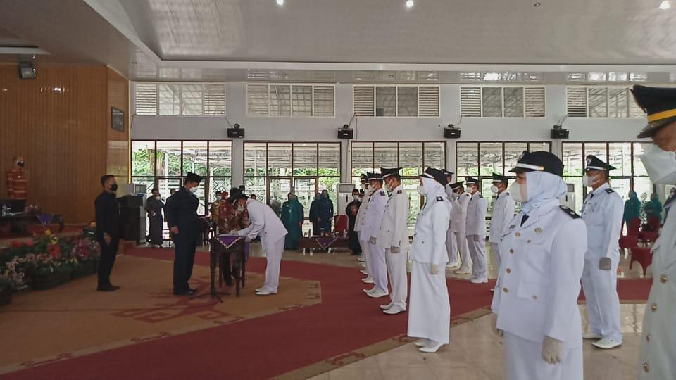 LANTIK KAKAM. Wakil Bupati Way Kanan secara resmi melantik 19 Kepala Kampung hasil dari pemilihan serentak periode ketiga. FOTO. SUSI ANDRIANI