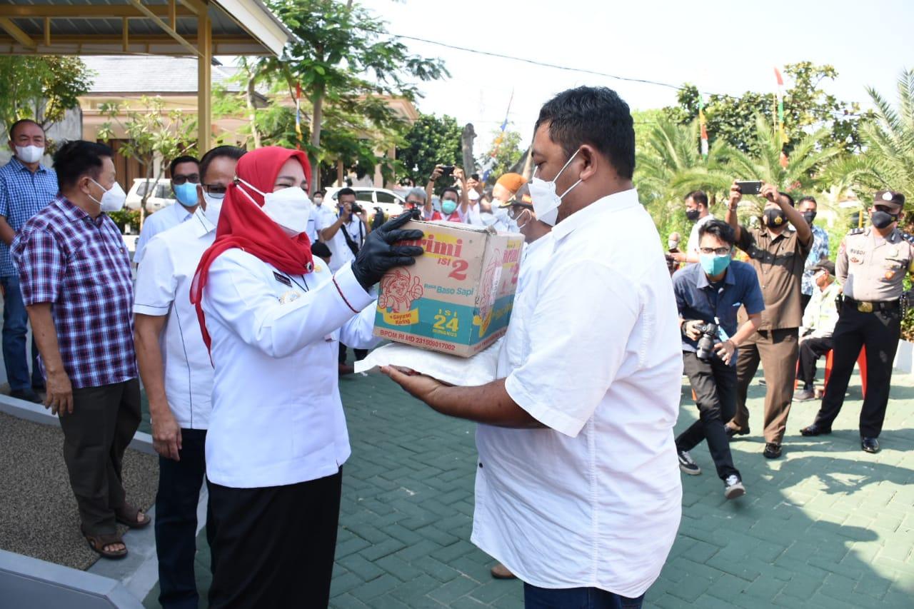 SERAHKAN BANTUAN. Walikota Bandarlampung, Eva Dwiana saat menyerahkan bantuan kepada warga Way Halim, pada Rabu (28/7). FOTO. DOK