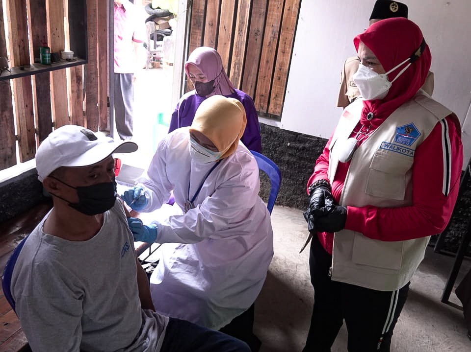VAKSINASI. Ketua Kwarcab Pramuka Bandar Lampung, yang juga Walikota Bandar Lampung, Eva Dwiana saat meninjau vaksinasi yang digelar dalam rangka HUT Pramuka ke 60 Tahun.