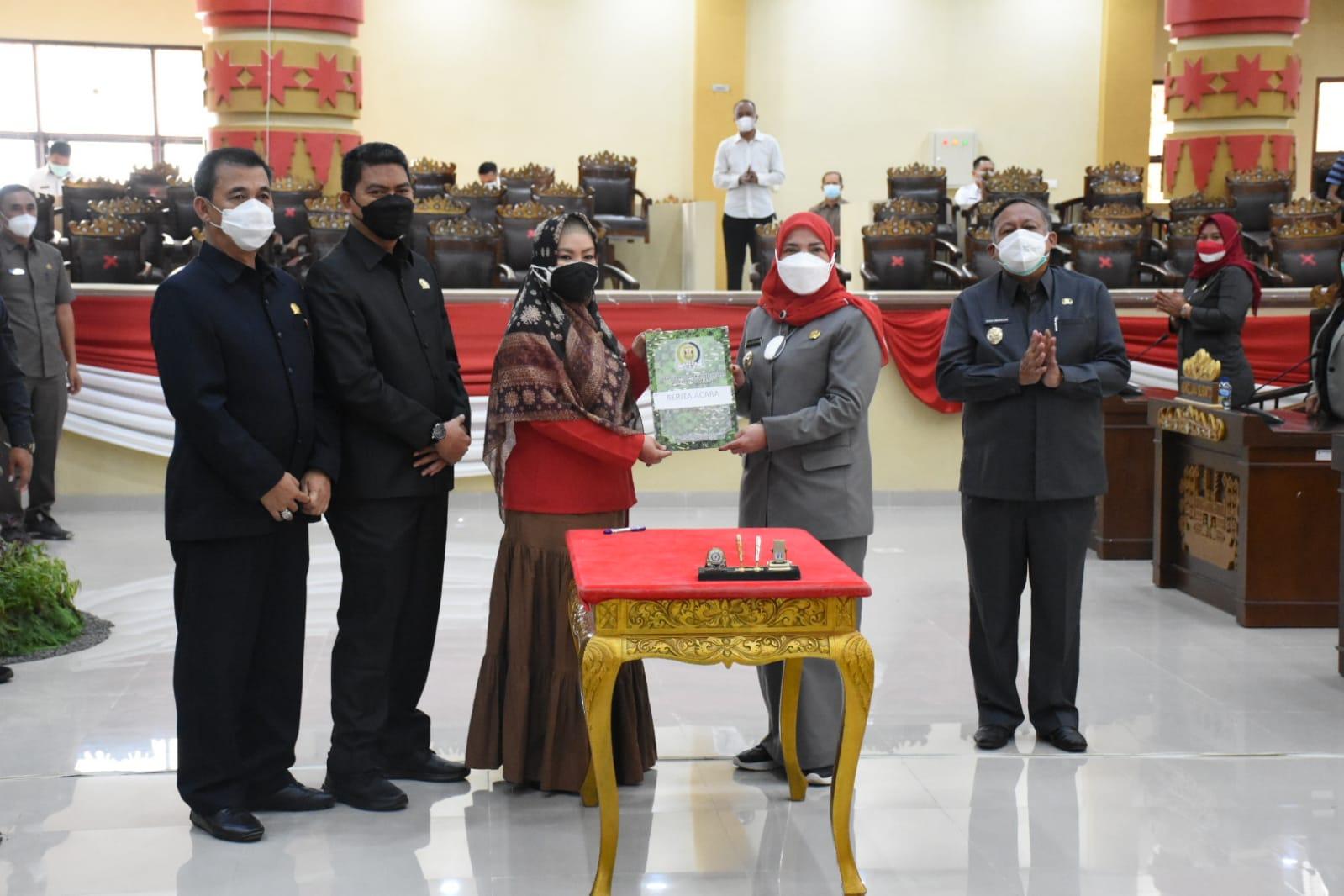 SAHKAN. Walikota bersama DPRD Bandar Lampung secara resmi telah mengesahkan RPJMD Bandar Lampung menjadi Perda, pada rapat paripurna yang dilaksanakan pada Rabu (18/8). FOTO.IST