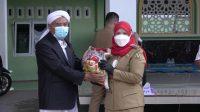 BANTUAN. Walikota Bandar Lampung saat memberikan bantuan secara simbolis kepada salah satu pengurus Pondok Pesantren di Bandar Lampung, pada Senin (23/8). FOTO. IST