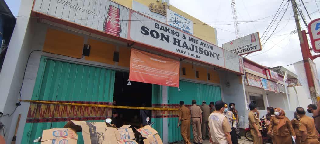 SEGEL. Tim TP4D Pemkot Bandarlampung menyegel seluruh gerai Bakso Soni yang ada di Bandarlampung, penyegelah karena bermasalah soal pajak. FOTO. LAMPUNG17.COM