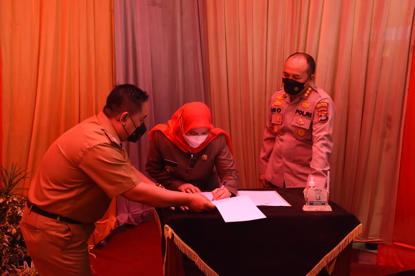 HIBAH TANAH. Walikota Bandarlampung, Eva Dwiana saat menandatangani dokumen hibah tanah dan bangunan Mapolsek Teluk Betung Timur, pada Senin (4/10). FOTO. DOK