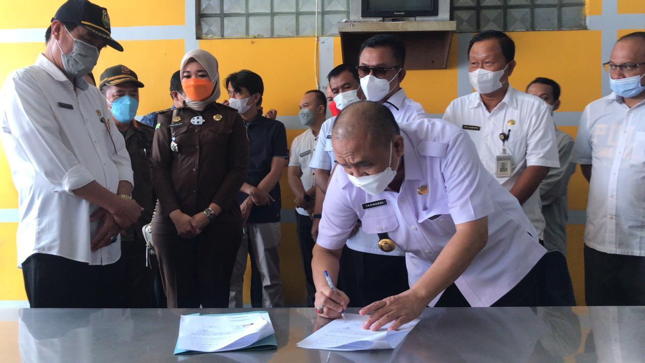 BUKA SEGEL. Tim TP4D Pemkot Bandarlampung menandatangani berkas pembukaan segel terhadap 18 gerai Bakso Sony, pada Rabu (13/10). FOTO. IST